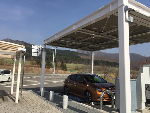 有珠山SA(上り)で急速充電中の日産リーフ(40kWh)