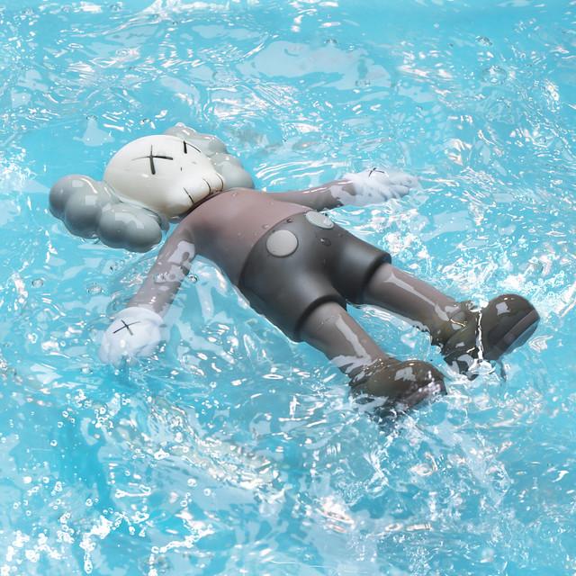 炎炎夏日,就讓COMPANION 陪你一起跳下水吧!!《KAWS:HOLIDAY》世界巡迴展資訊、限定周邊公開