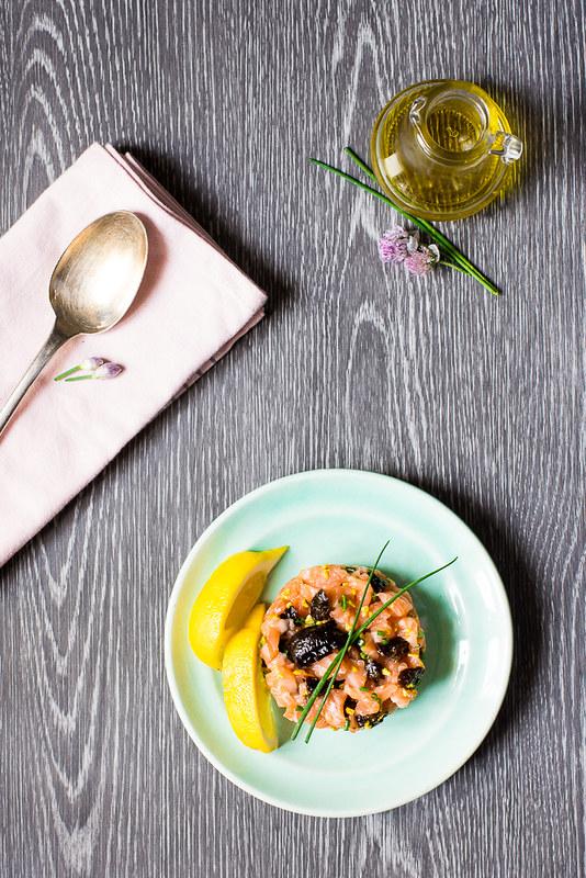 Tartare di salmone e prugne secche