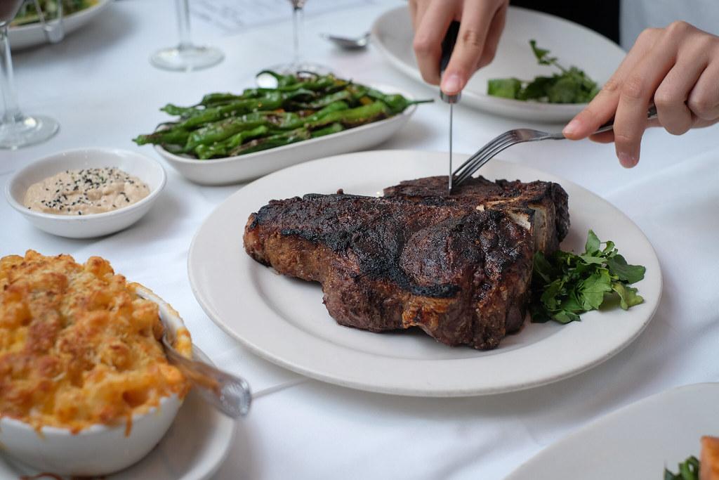 莫顿的牛排餐厅切牛排,特写镜头