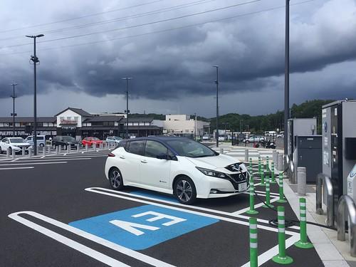 新東名 岡崎SAで急速充電中の日産リーフ(40kWh)