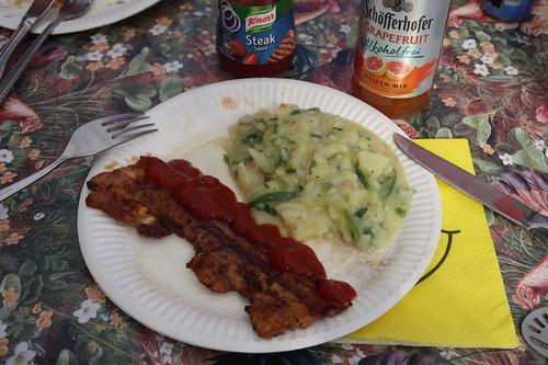 Gegrilltes Bauchfleisch mit Steak Sauce zu Kartoffelsalat