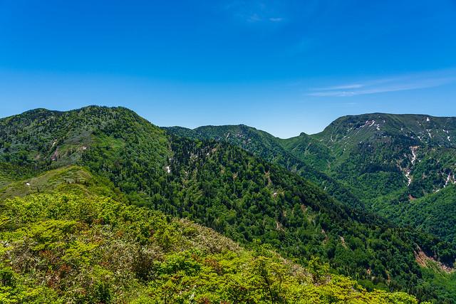 右から、、、苗場山、神楽ヶ峰、霧ノ塔