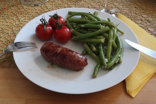 Bratwurst aus gepökeltem Wildschwein mit Bohnensalat und Tomaten
