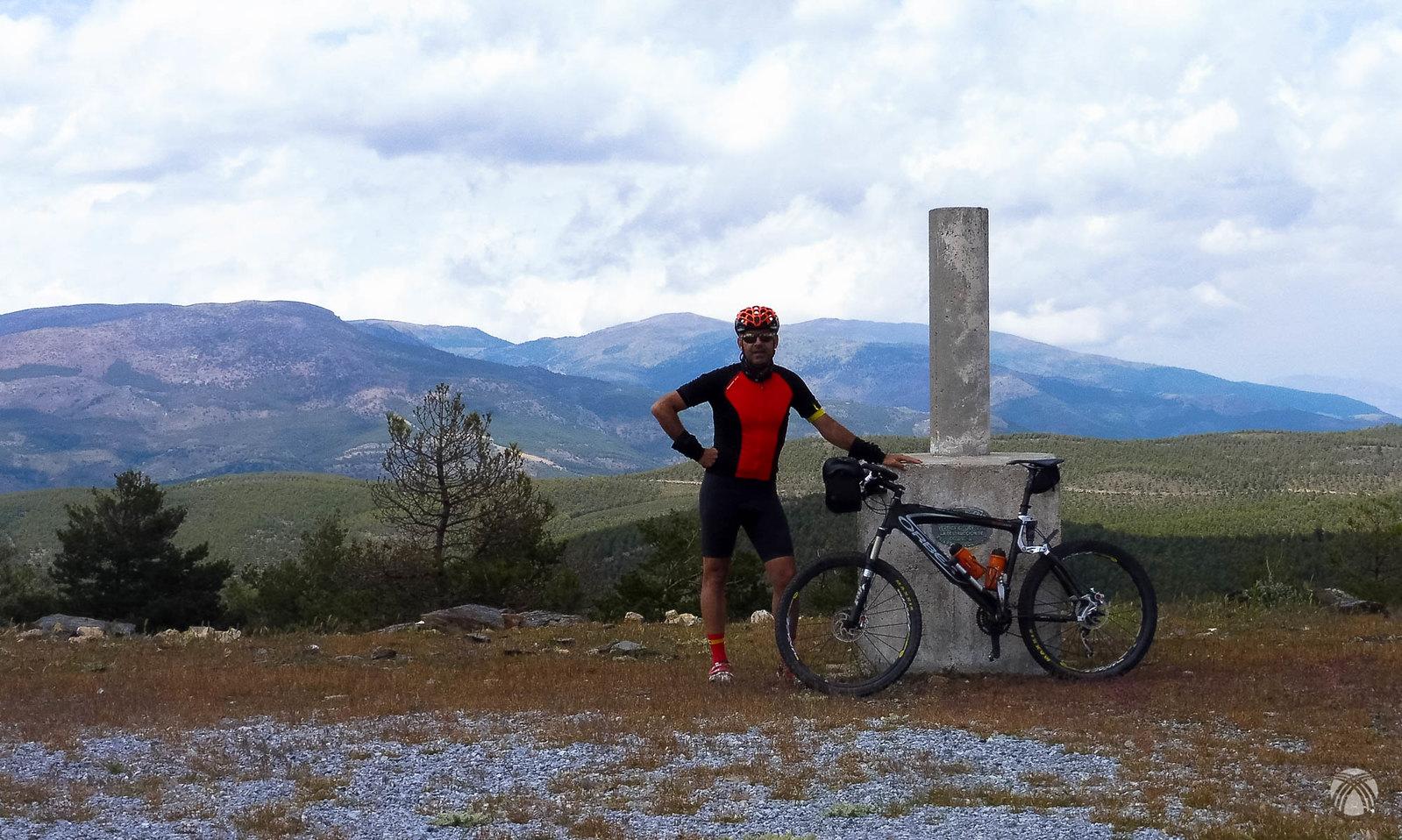 Auto foto en el Pico Padilla. Detrás se aprecian las máximas alturas de Baza como el Santa Bárbara