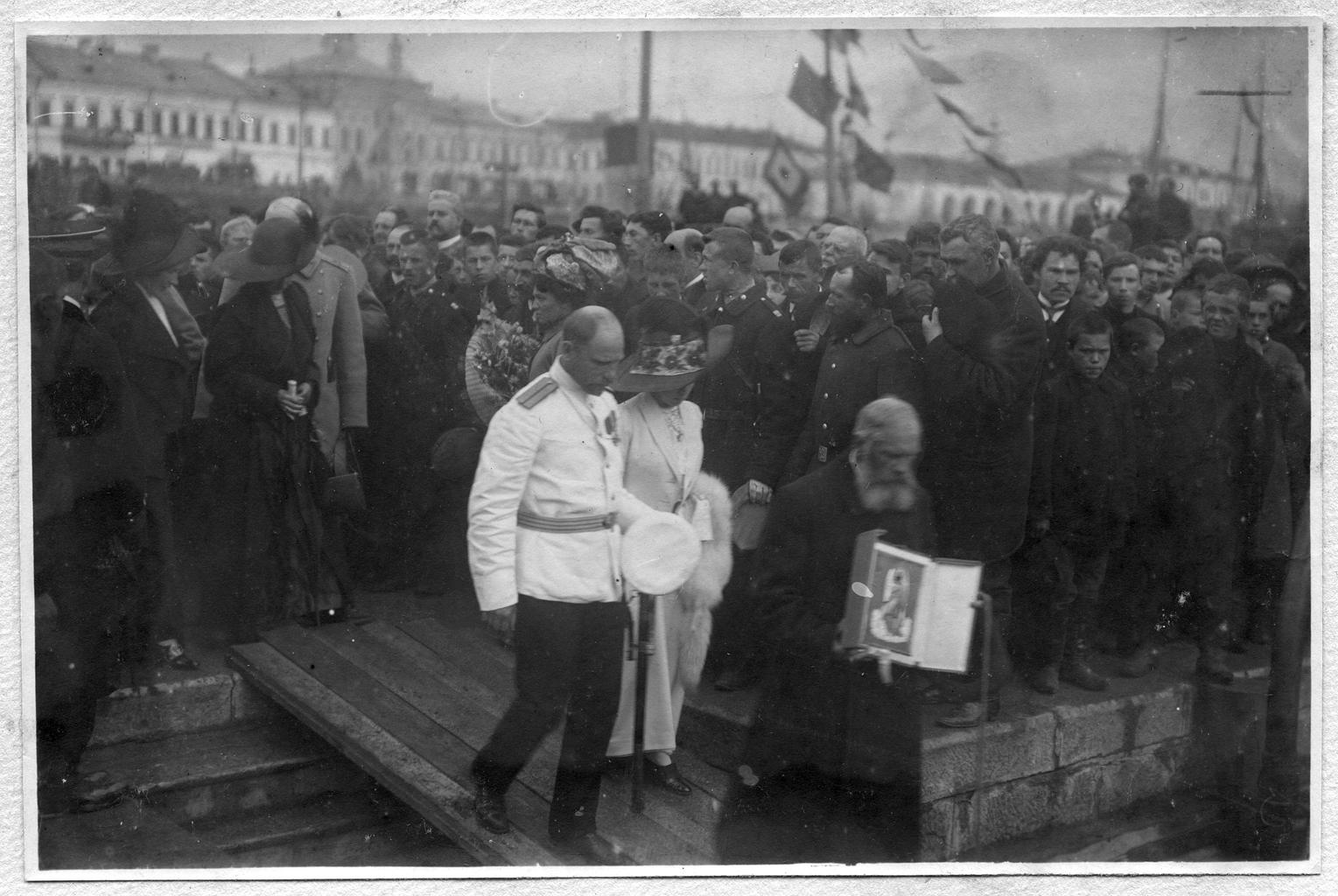 Седов Г. Я. с женой и священником идут по сходням на судно «Святой мученик Фока»