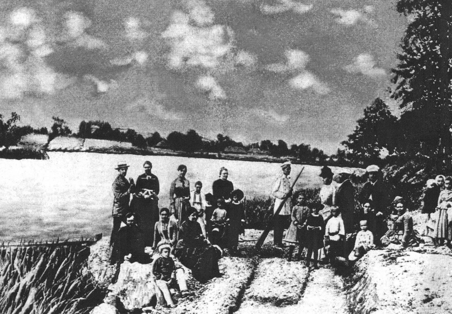 Пикник на Луке. А.П.Чехов стоит справа в белой фуражке