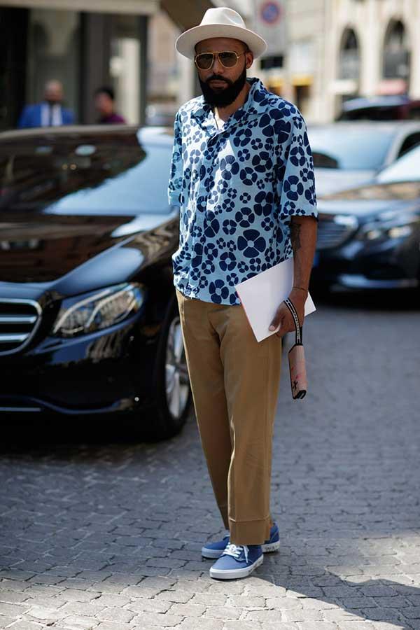 白ハット×ブルー系花柄半袖開衿シャツ×ベージュチノパン×ネイビースニーカー