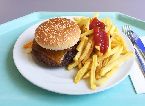 Bacon cheeseburger with french fries / Bacon Cheeseburger mit Pommes Frites