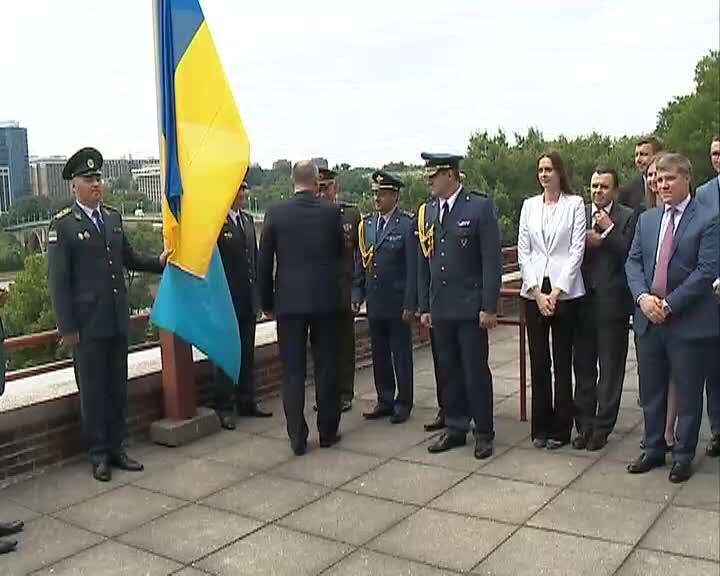 Церемонія підняття прапора кримськотатарського народу на будинку посольства США