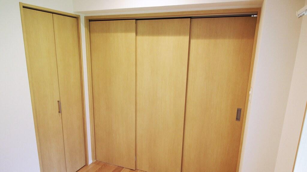 LDKと洋室を隔てるスライド式の扉