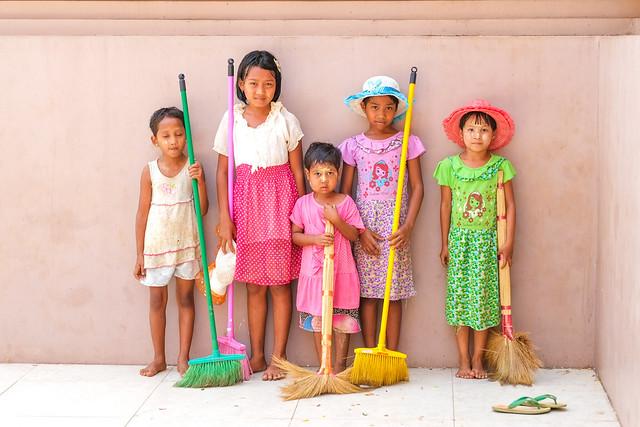 Children at Kyeik Paw, Fujifilm X-E1, XF56mmF1.2 R