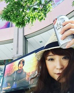 神戸ハーバーランドのカルメニギグ、風はあるから日陰はめっちゃ気持ちいいー。けんたろうさんがノンアルコールビール飲んでたから思わずあたしも買ってきちゃった(笑)