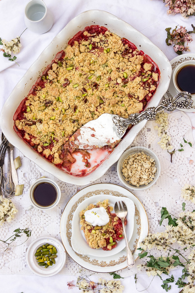 Rhubarb-Strawberry Granola Crumble