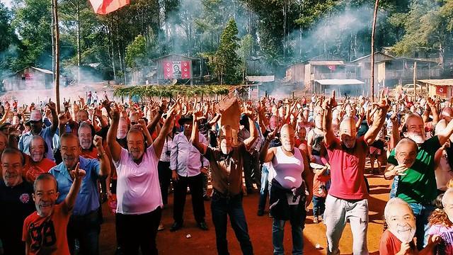 Em solidariedade ao Lula, preso político, moradores e visitantes do acampamento colocaram máscara em manifestação de apoio ao companheiro - Créditos: Laís Melo
