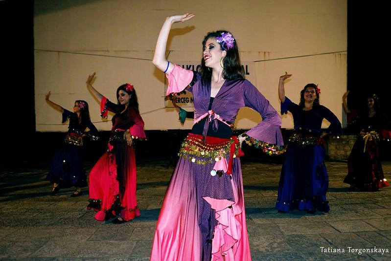 Выступление девушек из турецкой фольклорной группы