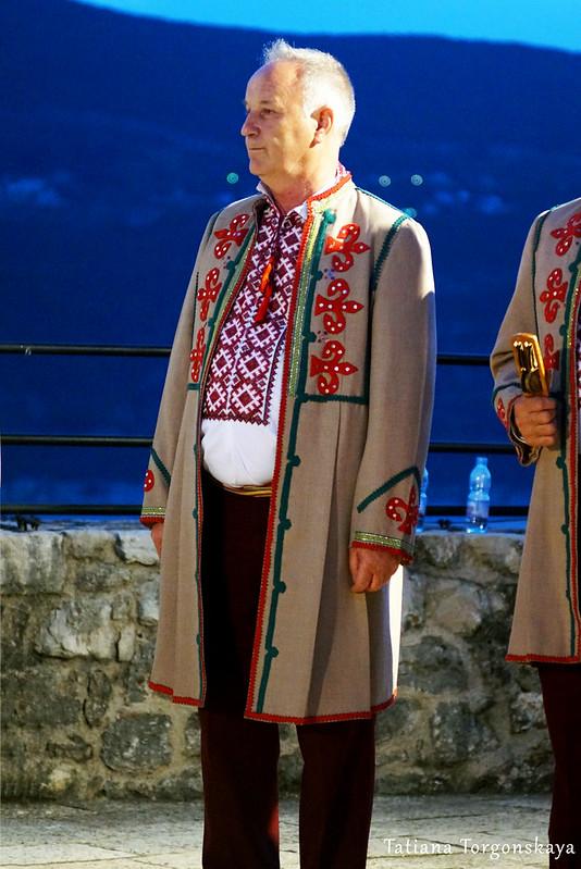 """Член хора """"Галичина"""" во время выступления в Херцег Нови"""