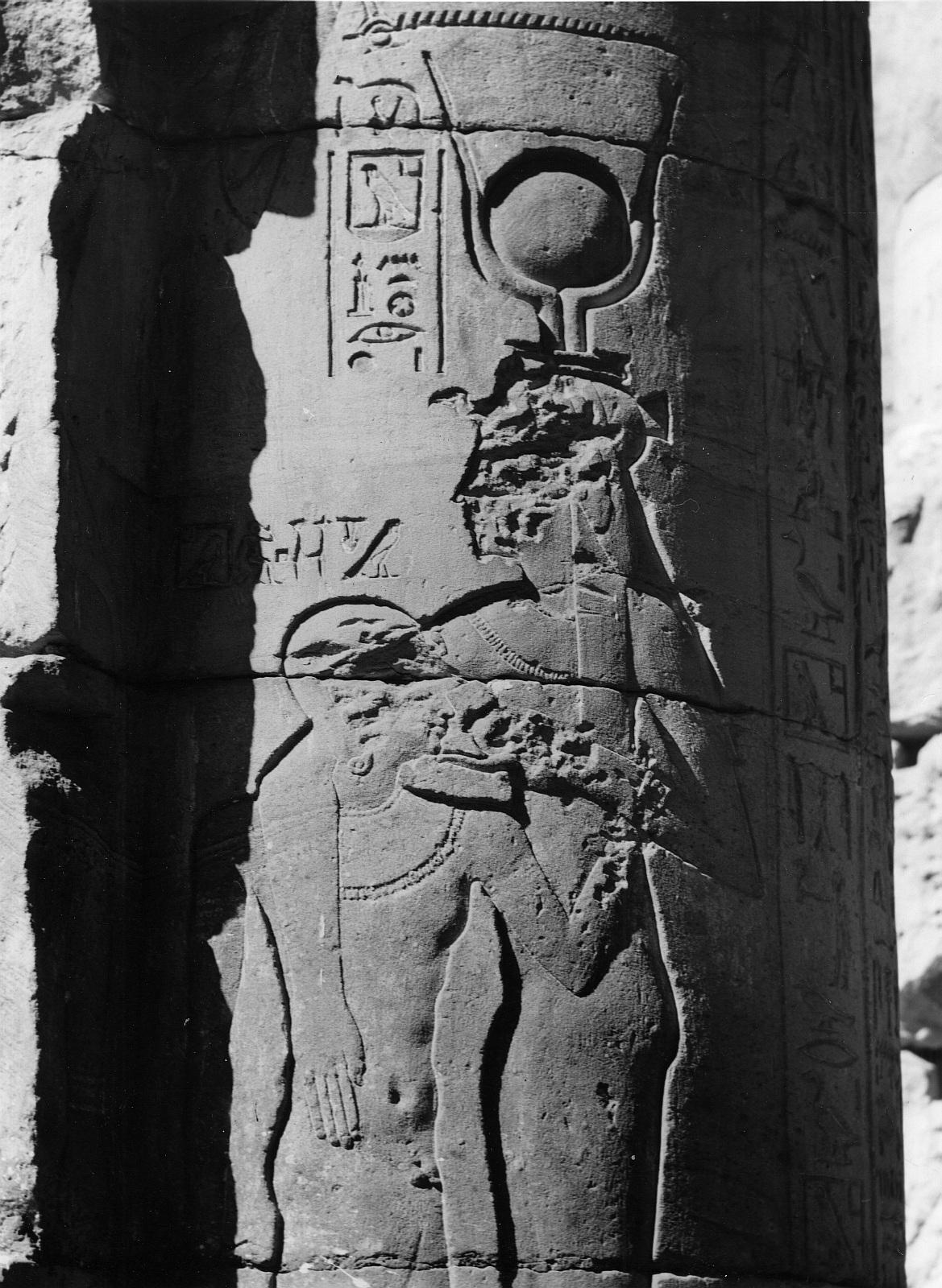 Эдфу. Храм Хоруса. Рельеф «Хатхор, кормящая Хоруса»