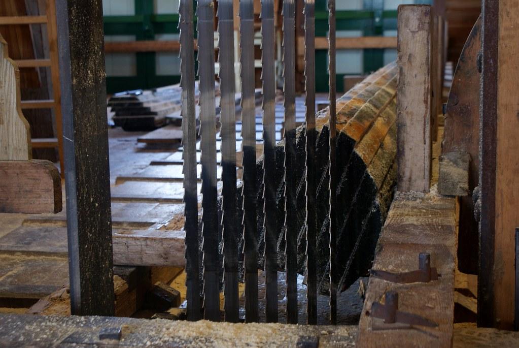 Tronc transformé en planche grâce à l'énergie éolienne.