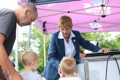 Rep. Zawistowski hands out ice cream to children who donated school supplies