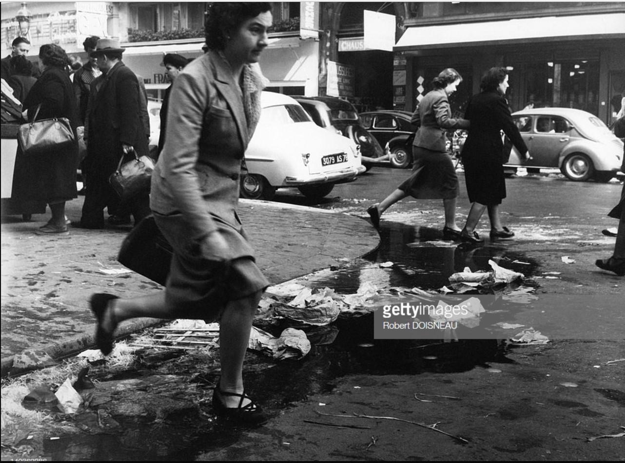 1953. Женщина прыгает через водосточный желоб в Ле-Аль
