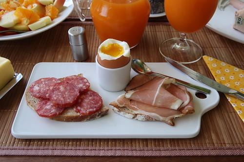 Mettwurst und Schinkenspeck (der Marke Bio Janssen) auf Landbrot zum Frühstücksei