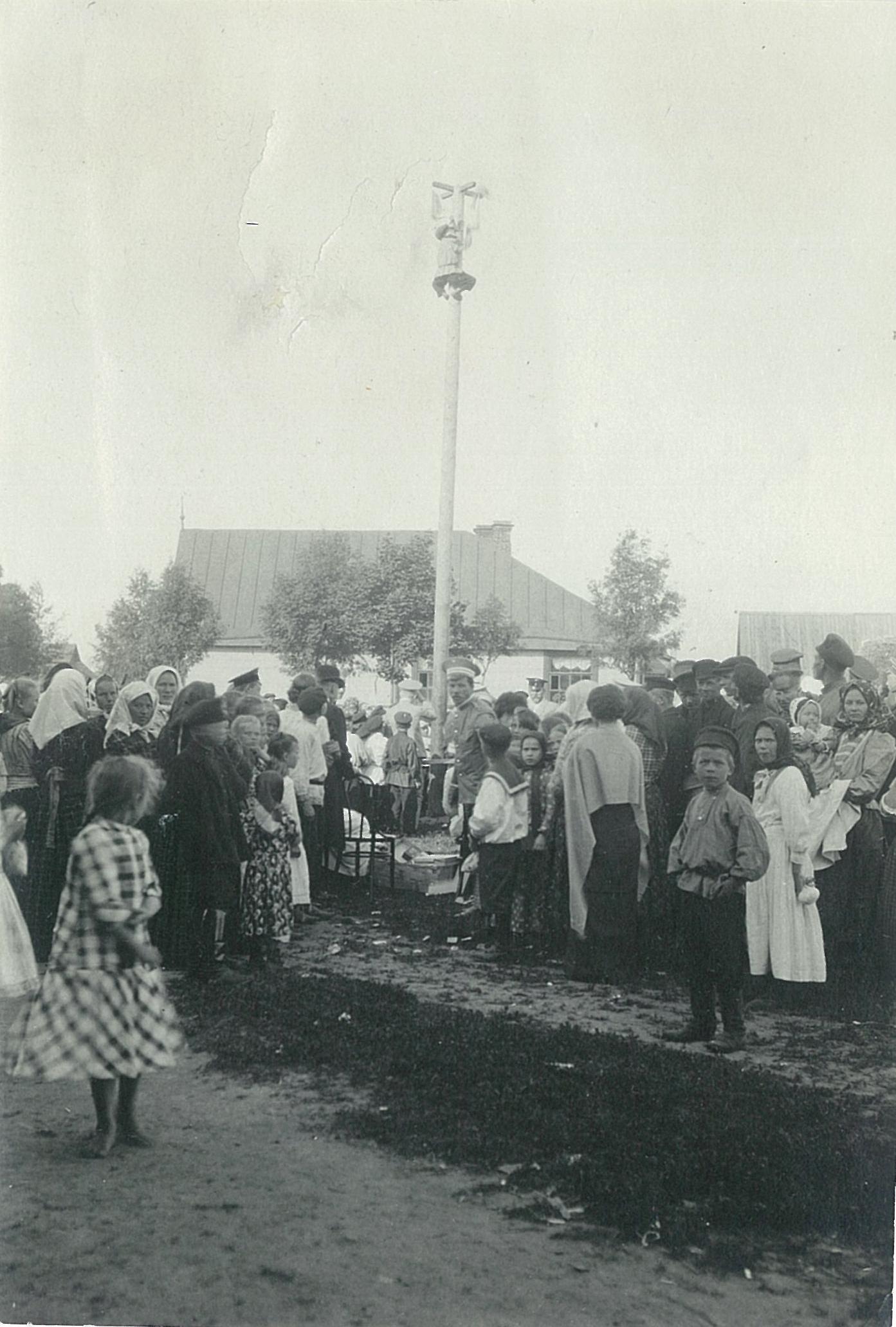 Народный праздник в Рябове, влезание на столб.