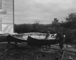 Two men making a canoe, Roberval, Lac-Saint-Jean, Quebec / Deux hommes fabriquant un canot à Roberval, Lac-Saint-Jean (Québec)