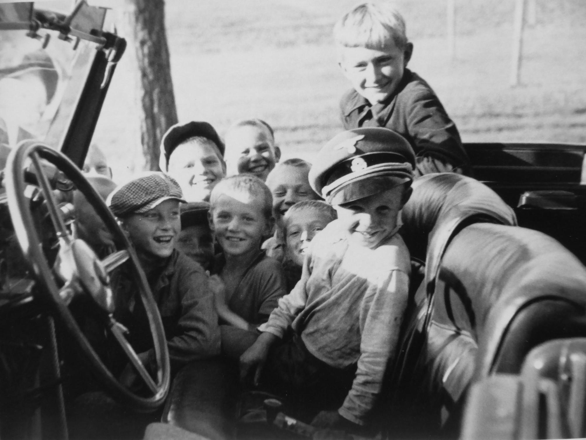 1941. Дети в автомобиле рейхсфюрера СС Г. Гиммлера в деревне Новинки