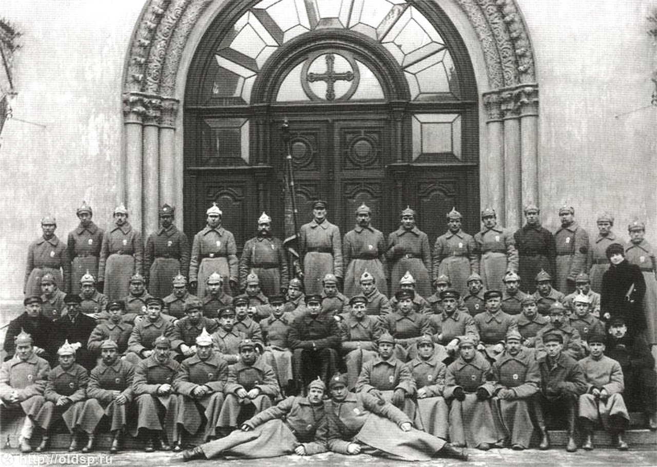 1922. Личный состав 3-го отделения милиции. По краям сидят одетые в штатское сотрудники уголовного розыска.