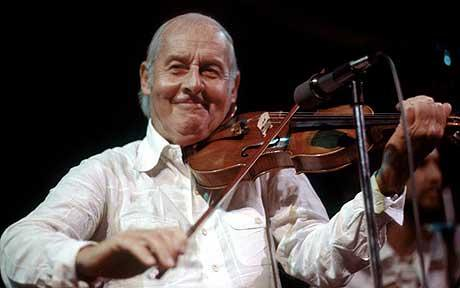 Photo of Stéphane Grappelli performing on violin