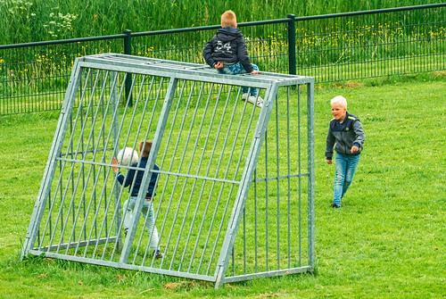 Bern oan't Fuotbaljen / Children Playing Football