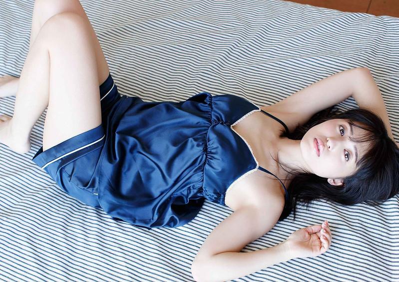 青い服の逢田梨香子