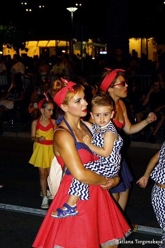 Члены карнавальной группы в карнавальных костюмах в стиле ретро