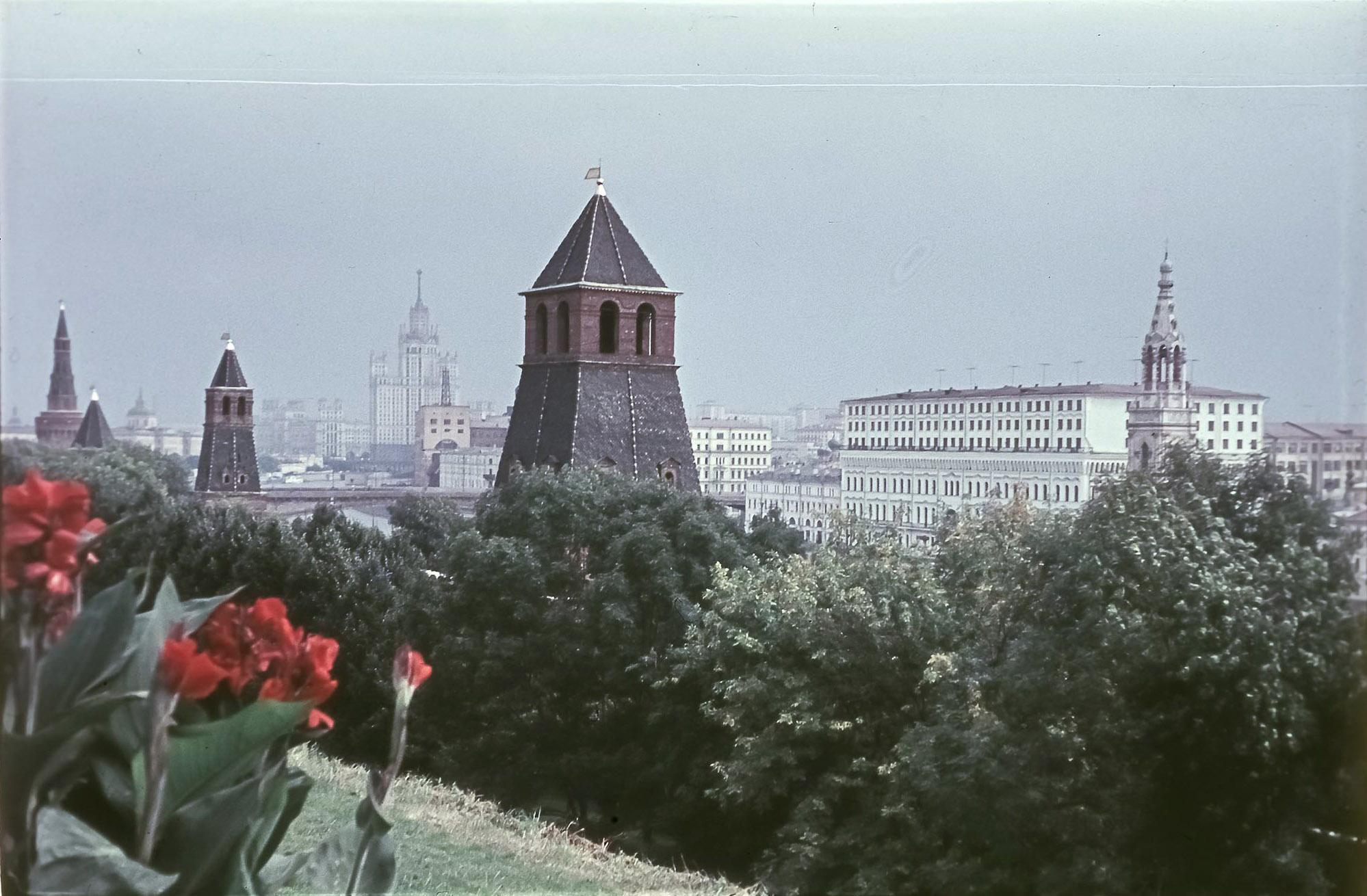 Вид из Кремля в сторону высотки на Котельнической