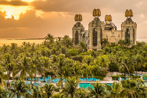 bahamas nassau sunrise atlantis pool water park cloudy colors palmtrees green clouds aquacenter powertower ocean atlantic