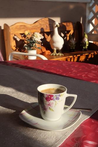Morgendlicher Kaffee in der Kaffeeecke im Garten unserer Ferienwohnung