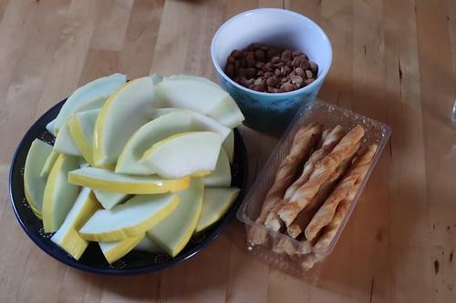 Honigmelone, Cashew-Erdnuss-Mix mit Honig & Salz und Gebäckstangen mit Gouda