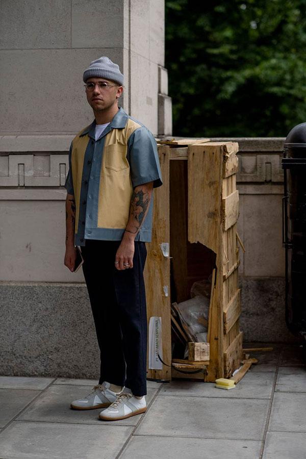 グレーニットキャップ×グレー・ベージュバイカラー半袖開衿シャツ×紺パンツ×マルジェラ スニーカー 白