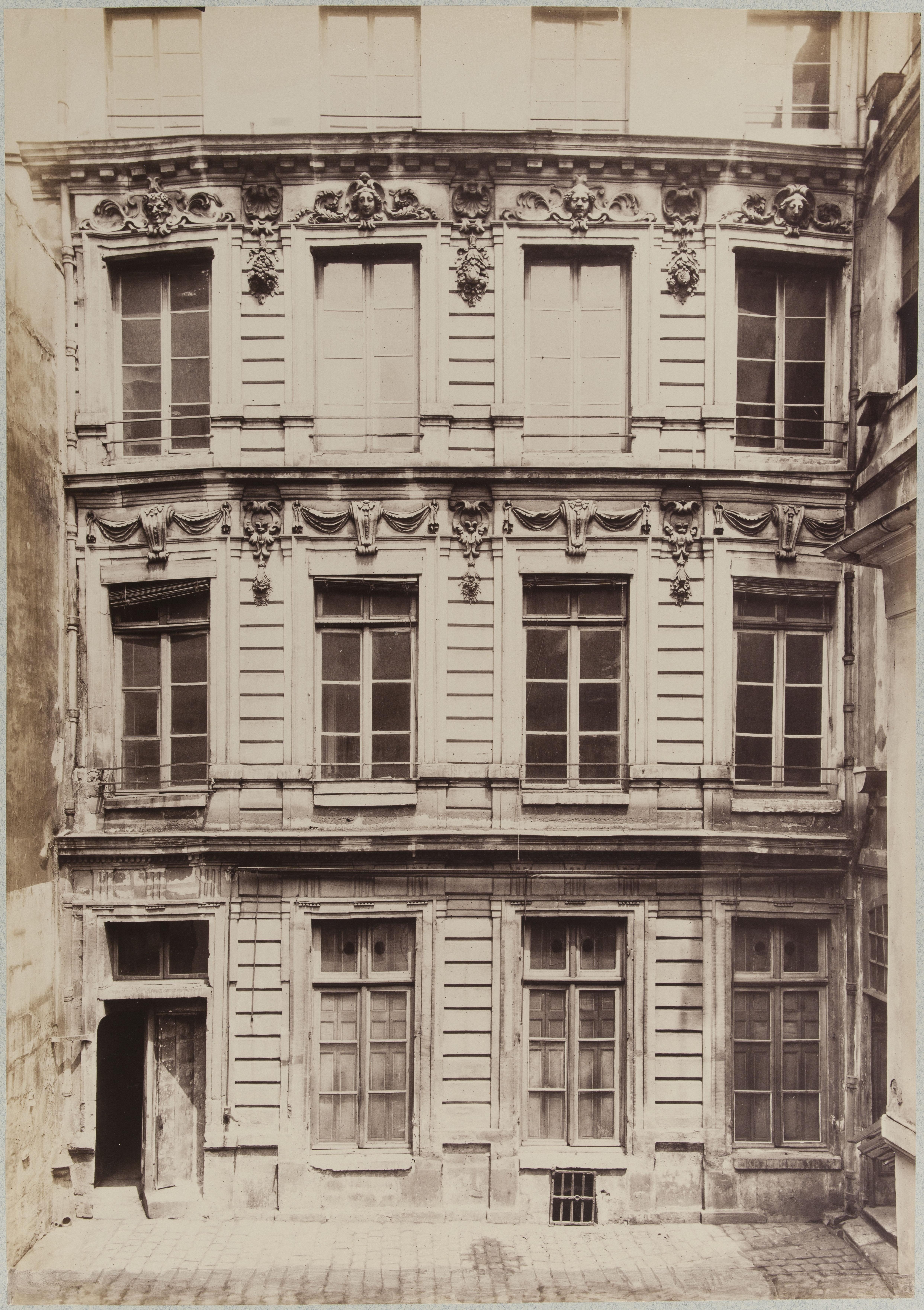 Вид со двора на дом № 22 по улице Блан-Манто