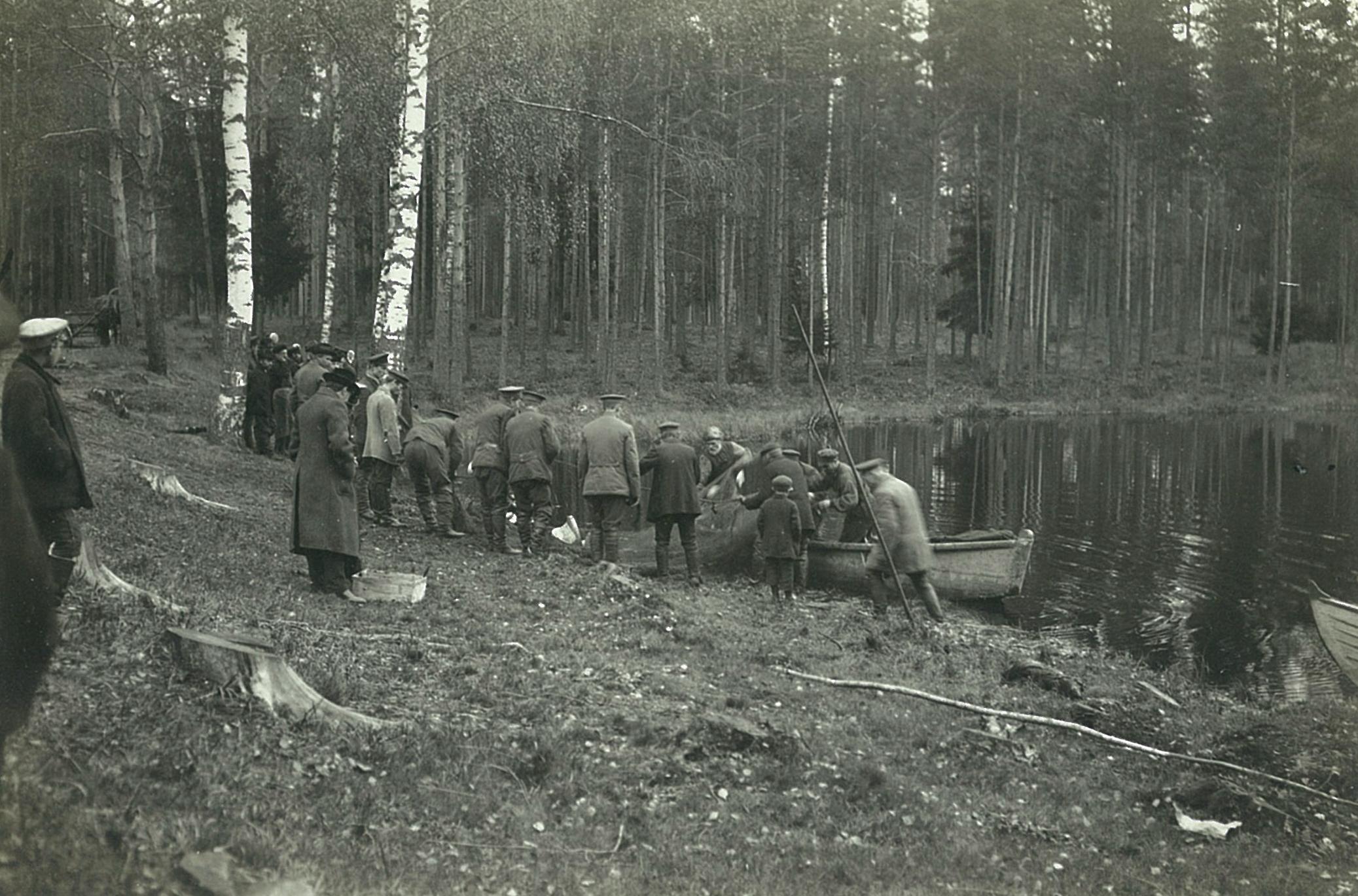 Рыбная ловля сетями на озере (сеть у берега)