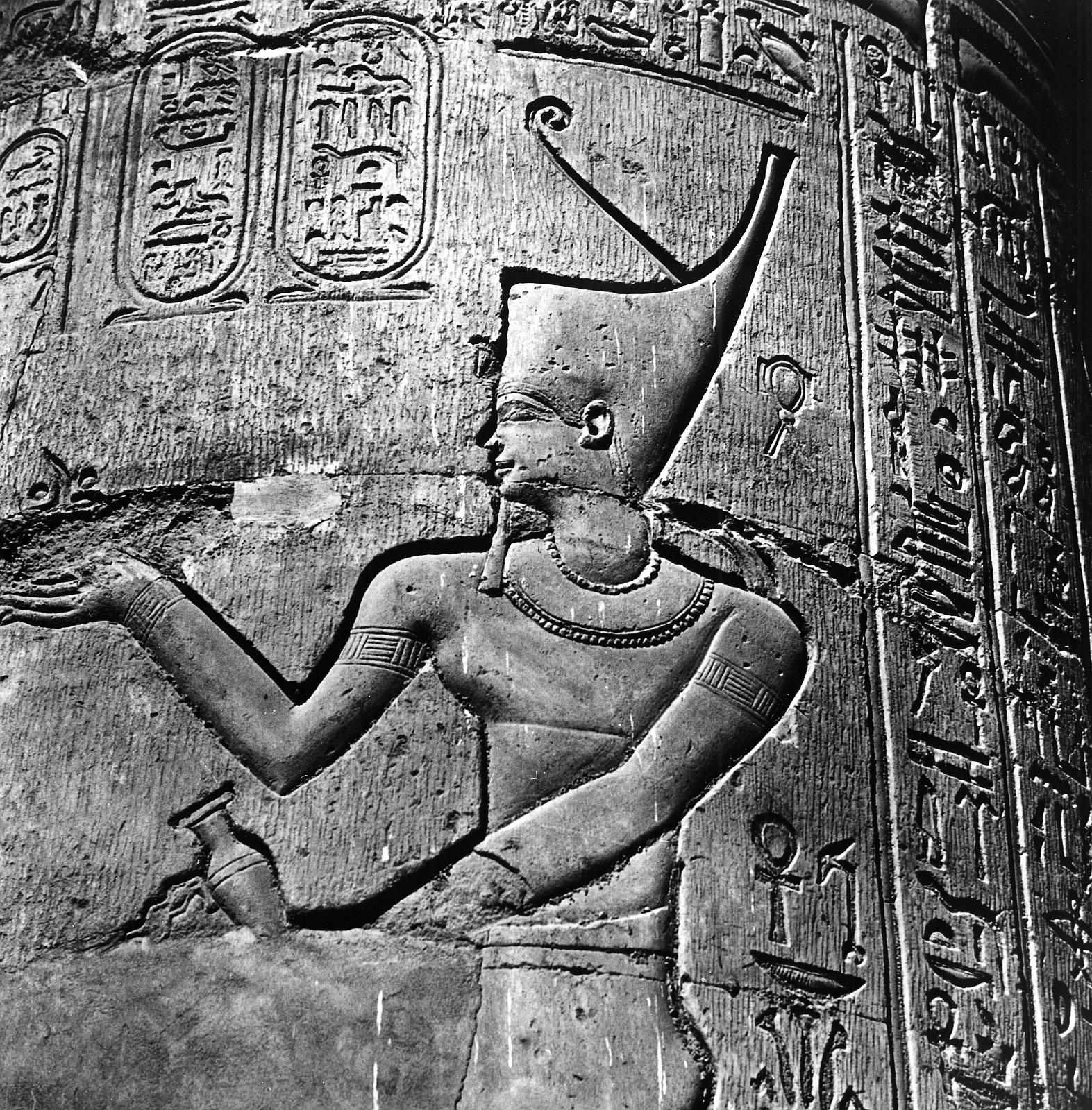 Ком Омбо. Двойное святилище Себека и Хоруру. Колонный зал, рельеф Птолемей XII с красной короной Ни