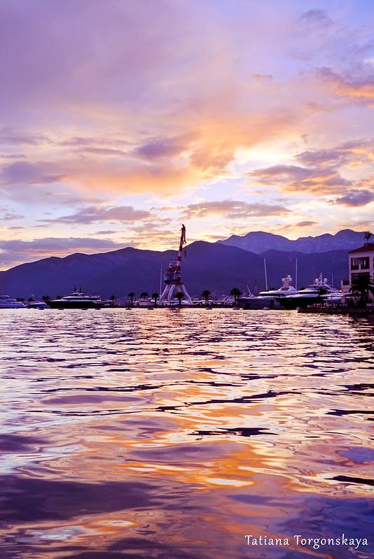 Красочный закат в Тивате