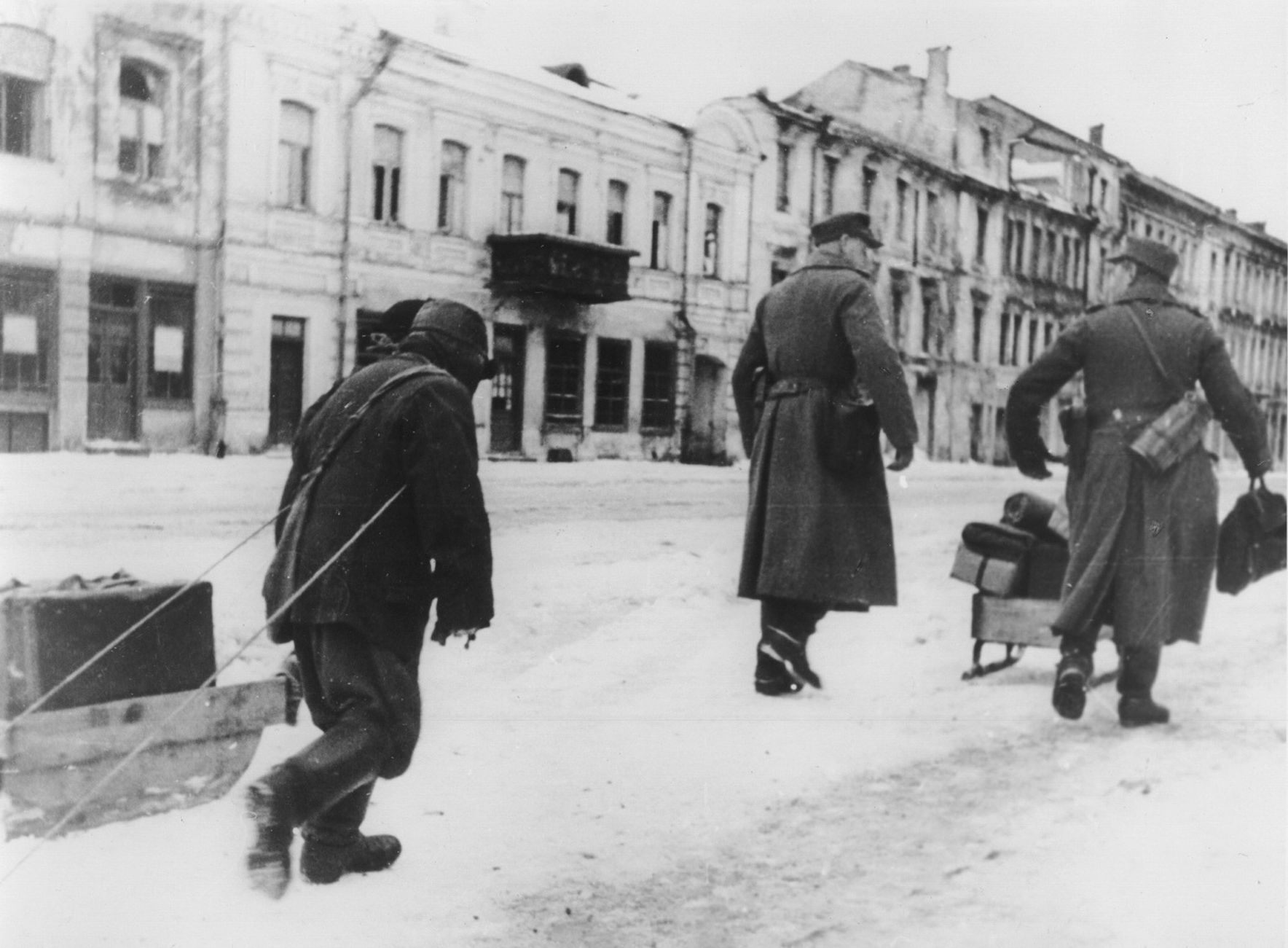 1941. Местный житель везет вещи немецких солдат по улице оккупированного Витебска