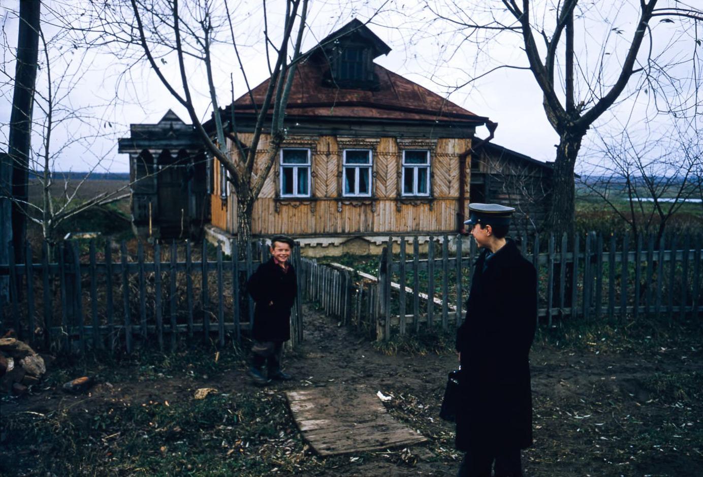 Школьники у одноэтажного дома в деревне Тропарево