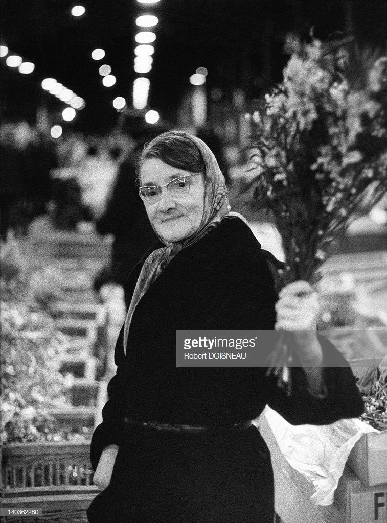 1968. Женщина в очках с букетом цветов в Ле-Аль