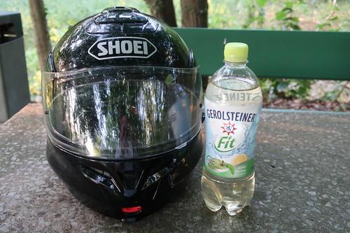 Gerolsteiner Fit Apfel Zitrone bei Trinkpause auf kleiner abendlicher Motorradrunde