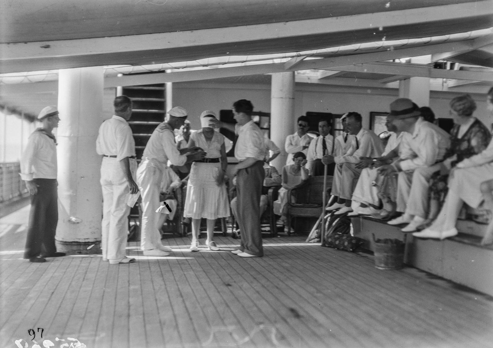 Пассажиры, играющие на палубе парохода «Усамбара»