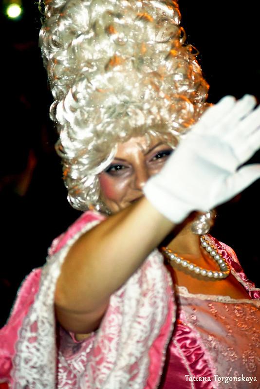 Женщина из карнавальной группы Тивата
