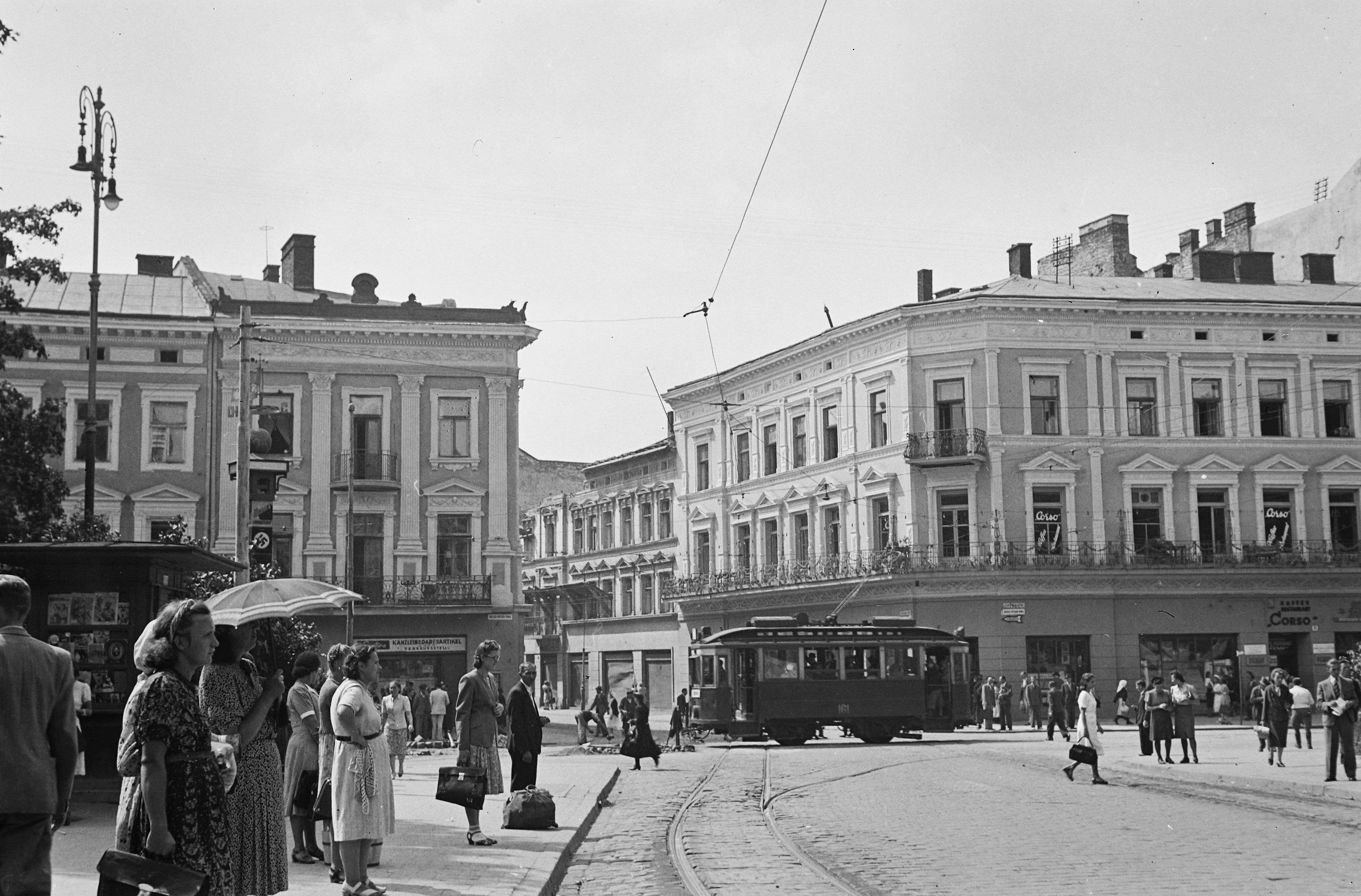 1942. Горожане на Адольф-Гитлер-Плац в оккупированном Львове